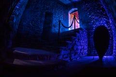 Binnenkant van oud griezelig verlaten herenhuis Trap en colonnade Donkere kasteeltreden aan de kelderverdieping Griezelige treden royalty-vrije stock foto