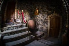 Binnenkant van oud griezelig verlaten herenhuis Trap en colonnade Donkere kasteeltreden aan de kelderverdieping De griezelige tre royalty-vrije stock fotografie