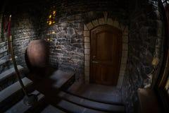 Binnenkant van oud griezelig verlaten herenhuis Trap en colonnade Donkere kasteeltreden aan de kelderverdieping De griezelige tre stock afbeeldingen