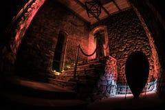 Binnenkant van oud griezelig verlaten herenhuis Trap en colonnade Silhouet die van verschrikkingsspook zich op kasteeltreden aan  stock fotografie