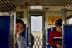 Binnenkant van Thaise trein: Bangkok-Kambodja stock afbeelding