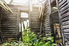 Binnenkantbinnenland van de oude verlaten houten bouw van het brandwond uit herenhuis stock foto