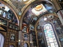 Binnenland binnen de oude orthodoxe Christelijke kerk in een Moslim Arabisch Islamitisch land met pictogrammen, gebeden, godsmuur royalty-vrije stock foto's