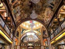 Binnenland binnen de oude orthodoxe Christelijke kerk in een Moslim Arabisch Islamitisch land met pictogrammen, gebeden, godsmuur stock fotografie