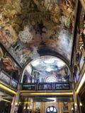 Binnenland binnen de oude orthodoxe Christelijke kerk in een Moslim Arabisch Islamitisch land met pictogrammen, gebeden, godsmuur stock afbeelding