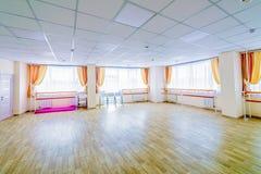 Binnenland die gymnastiek- disco met spiegels opleiden stock foto's