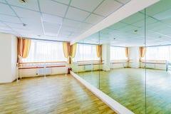 Binnenland die gymnastiek- disco met spiegels opleiden royalty-vrije stock fotografie