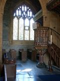 Binnenland die van middeleeuwse kerk gesneden preekstoel, kruisbeeld en banken tonen Royalty-vrije Stock Fotografie
