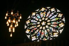 Binnenland in een gotische kathedraal stock fotografie