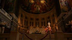 Binnenland en altaar van de Basiliek Heilige Therese van Lisieux, Normandië Frankrijk, SCHUINE STAND stock footage