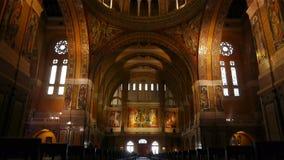 Binnenland en ingang van de Basiliek Heilige Therese van Lisieux, Normandië Frankrijk, SCHUINE STAND stock footage