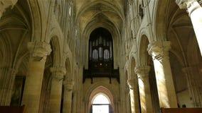 Binnenland en orgaan van kathedraal in Lisieux, Normandië Frankrijk, SCHUINE STAND stock footage