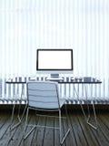 Binnenland met computer en zonneblinden op venster Stock Foto's