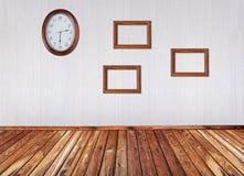 Binnenland met frames en klok Stock Fotografie
