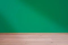 Binnenland met houten vloer en groene muur Stock Afbeelding