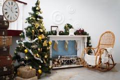 Binnenland met Kerstmisdecoratie Hoekige bank en diner-wagen in binnenland Royalty-vrije Stock Afbeeldingen