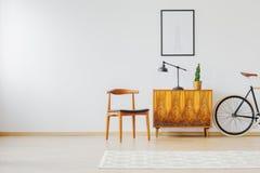 Binnenland met oud hersteld meubilair Stock Fotografie