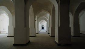 Mohammedaans binnenland met rijen van kolommen Stock Foto