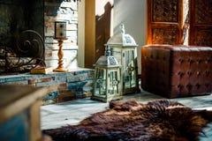 Binnenland met uitstekende bruine leerbank, huid van beer, kaarsen en lantaarns in zolderruimte met sunlaight, exemplaarruimte royalty-vrije stock afbeeldingen