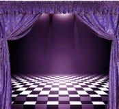 Binnenland met violette gordijnen en schaakbordvloer Stock Fotografie