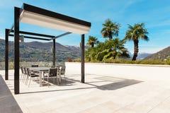 Binnenland, mooie veranda die het meer overzien Stock Foto's