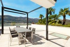Binnenland, mooie veranda die het meer overzien royalty-vrije stock afbeeldingen