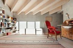 Binnenland, ruimte met boekenkast stock fotografie