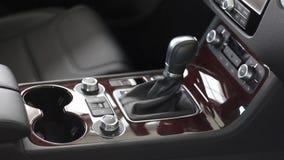 Binnenland van auto binnen, mening van nieuw automobiel binnenland, stuurwiel, versnellingsbak, controlebord, leerbinnenland en stock footage