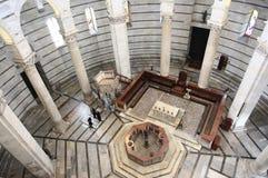 Binnenland van Baptistery van Pisa Stock Afbeelding