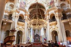 Binnenland van Barokke Kerk van Sinterklaas - Oud Stadsvierkant binnen Stock Fotografie
