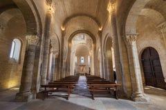 Binnenland van beroemde romanesque kerk stock fotografie