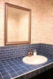 Binnenland van blauwe badkamers Stock Foto's