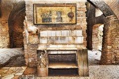 Binnenland van Caseggiato del Termopolio: Marmeren plank die met stillevenfresko wordt overwonnen stock afbeelding
