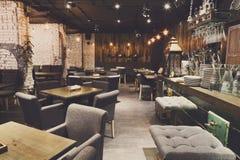 Binnenland van comfortabel restaurant, zolderstijl stock afbeeldingen