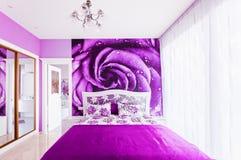 Binnenland van comfortabele slaapkamer in heldere violette tonen Weerspiegeld groot stock afbeeldingen