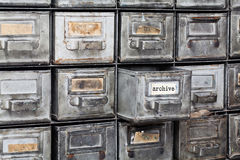 Binnenland van de archief het oude stijl Gesloten metaalopslag, archiefkast oude zilveren metaalvakjes met systeemkaarten bibliot royalty-vrije stock afbeelding