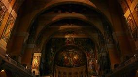 Binnenland van de Basiliek Heilige Therese van Lisieux, Normandië Frankrijk, SCHUINE STAND stock footage