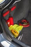 Binnenland van de boomstam van de auto waarin er een eerste hulpuitrusting, brandblusapparaat, gevarendriehoek, weerspiegelend ve royalty-vrije stock afbeeldingen