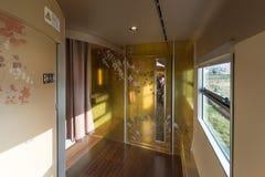 Binnenland van de de trein 2de auto van Hanayome Noren Stock Foto's