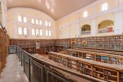 Binnenland van de Karnataka-Centrale de Bibliotheekstraat van de Staat met uitstekende boekenrekken Royalty-vrije Stock Afbeelding