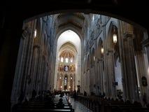 Binnenland van de Kathedraal van La Real DE La Almudena, Madrid, Spanje van Kerstmanmarãa royalty-vrije stock afbeeldingen