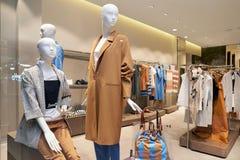 Binnenland van de kledingsopslag van vrouwen in de wandelgalerij stock foto's