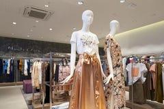 Binnenland van de kledingsopslag van vrouwen in de wandelgalerij stock afbeeldingen