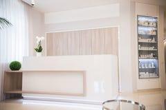 Binnenland van de kosmetiekkliniek Beige kleuren Groene Details stock foto's