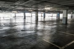 Binnenland van de lege lege garage van het autoparkeren Stock Foto's