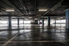 Binnenland van de lege lege garage van het autoparkeren in warenhuis Stock Foto's