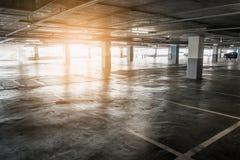 Binnenland van de lege lege garage van het autoparkeren in warenhuis Stock Foto