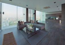 Luxe moderne woonkamer met decoratie stock afbeelding