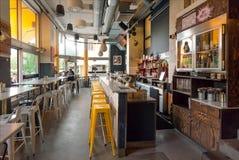 Binnenland van de moderne koffie met barteller en vele flessen met alcohol Royalty-vrije Stock Fotografie