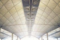 Binnenland van de moderne wandelgalerij van de post van de de luchthavenmetro van Hongkong, plafond van de moderne bouw royalty-vrije stock foto